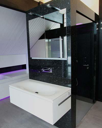 Fertigstellung einer eigens entworfenen Waschtisch- Regenduschkonstruktion mit ebenerdiger Duschtasse in einem Designbad